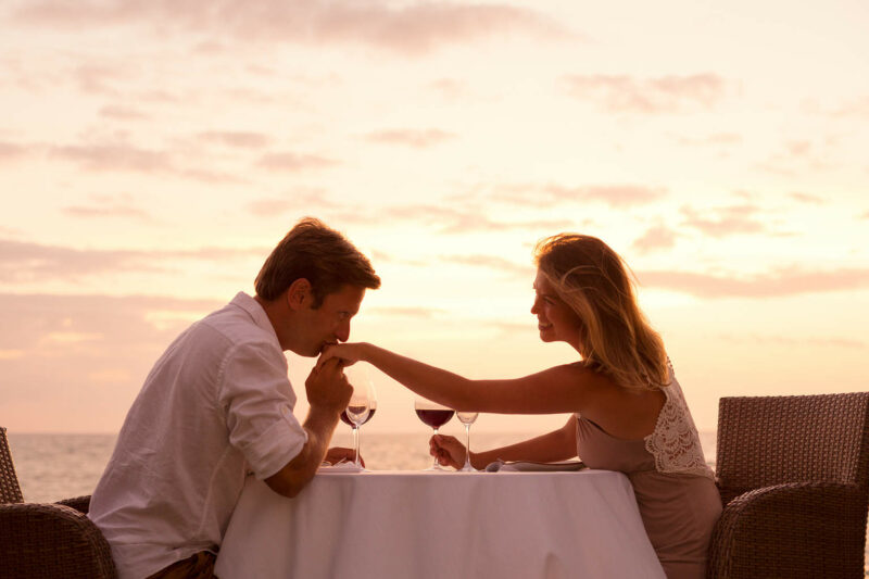 Couple sharing romantic sunset dinner on the beach- seks